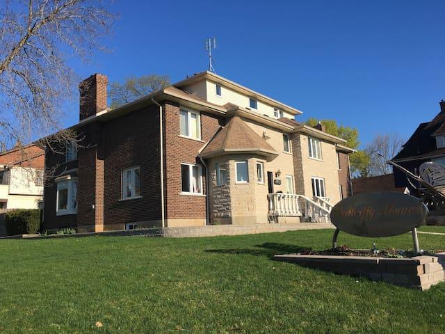 Butterfly Manor, Niagara Falls - Niagara Falls - Villa