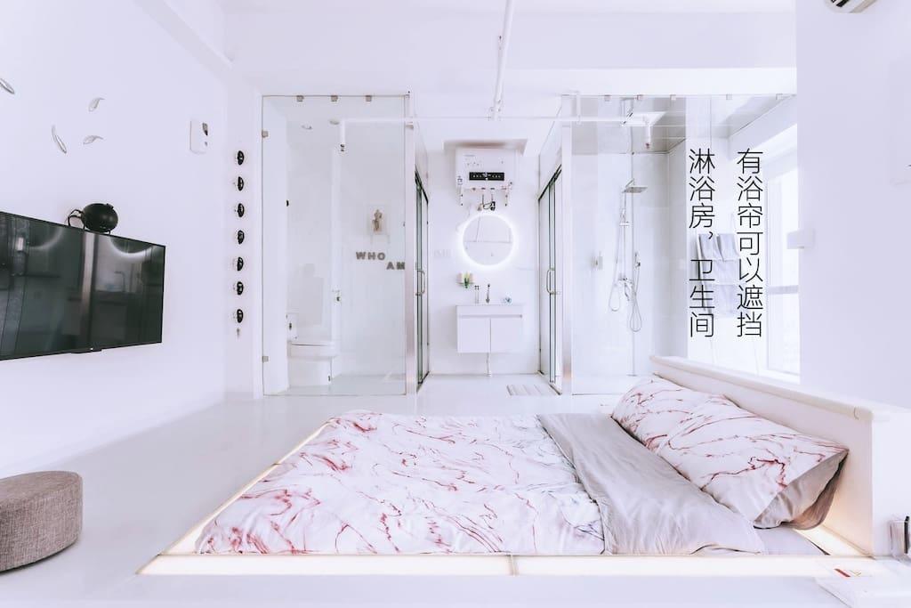 有浴帘可遮挡卫生间 ,淋浴房.(airbnb官方摄影师实拍图)