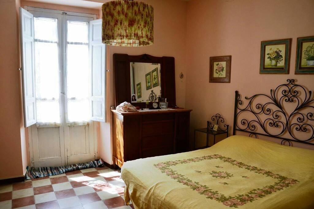 La camera da letto con il  lettone con.la testata di ferro battuto realizzata dai maestri artigiani di Guardiagrele.