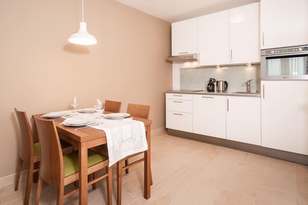 Essplatz und Küche - Dining area and kitchen