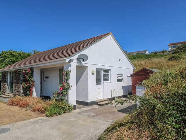 THE SHACK, pet friendly, with a garden in Newquay, Ref 8036