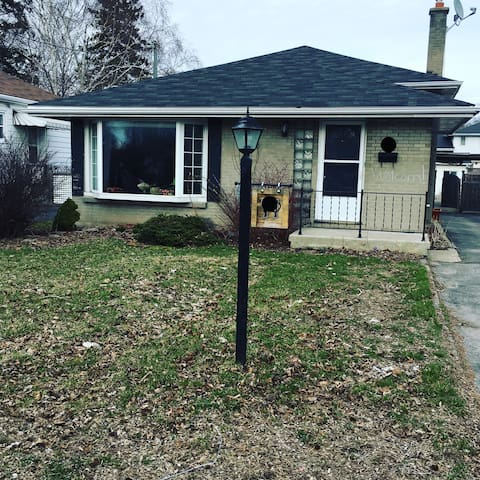 Large room in a cozy home by the Bay Of Quinte! - Belleville - บ้าน
