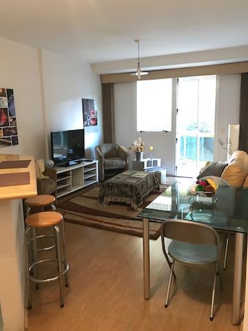 Sala com cozinha integrada.