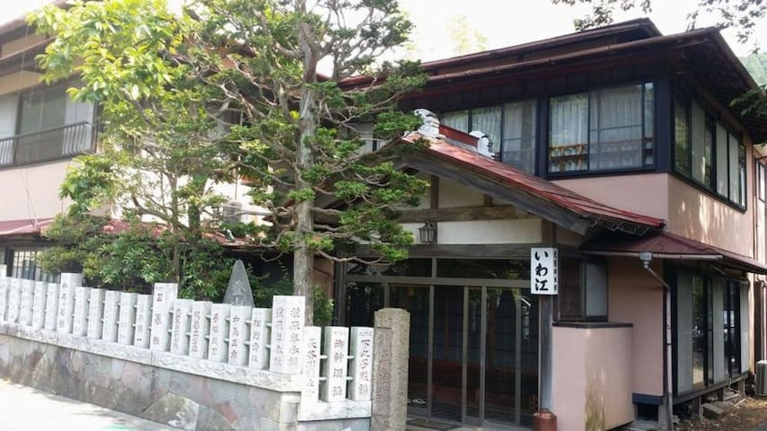 Traditional guesthouse since Edo era. Beautiful mountain view changing over seasons. 【with breakfast】 6畳