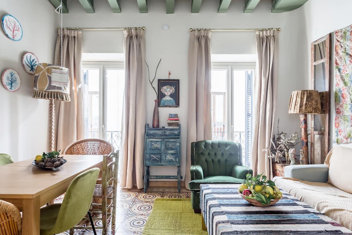 Una casa histórica con mucho colorido y terraza