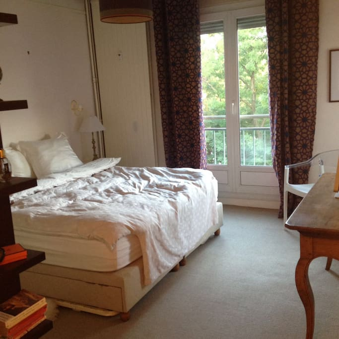 Main room with double bed, wardrobe and desk (wifi included)