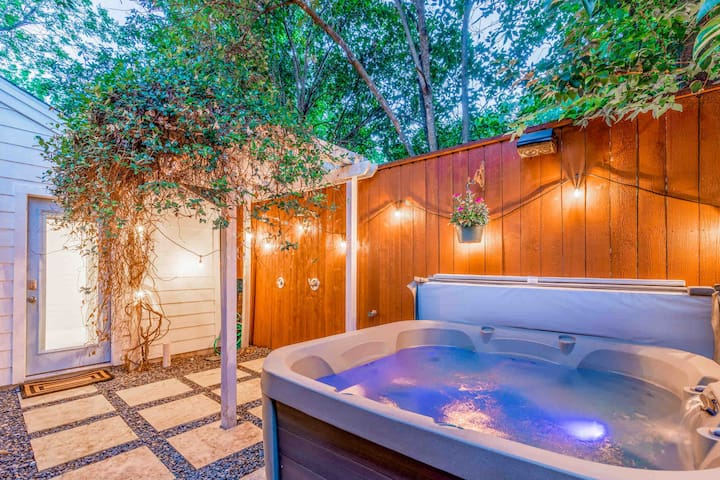 ★ Downtown Group Retreat | Near UT | Hot tub ★