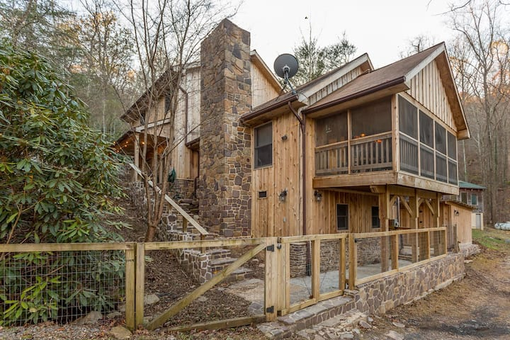 NEW LISTING!! Beautiful Wood-sided Cabin Near Hiking Biking Wineries HOT TUB Backs up to Nat'l Forest