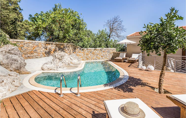Holiday cottage with 6 bedrooms on 320m² in Meronas Amariou