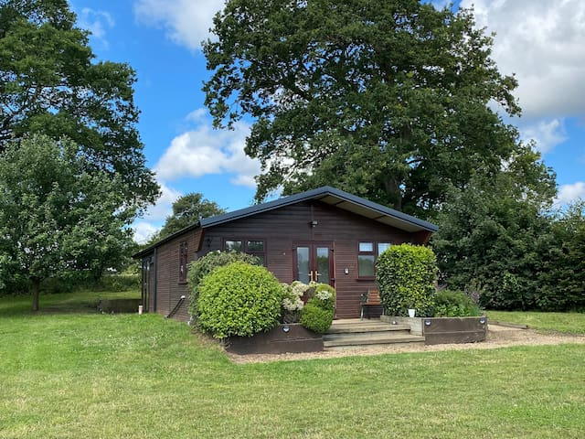 Cosy self contained Cabin in country Park sleeps 5