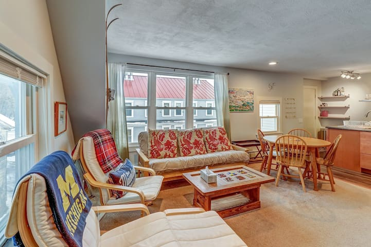 Renovated 1920s ski condo, walk to dining, on bus route to slopes!