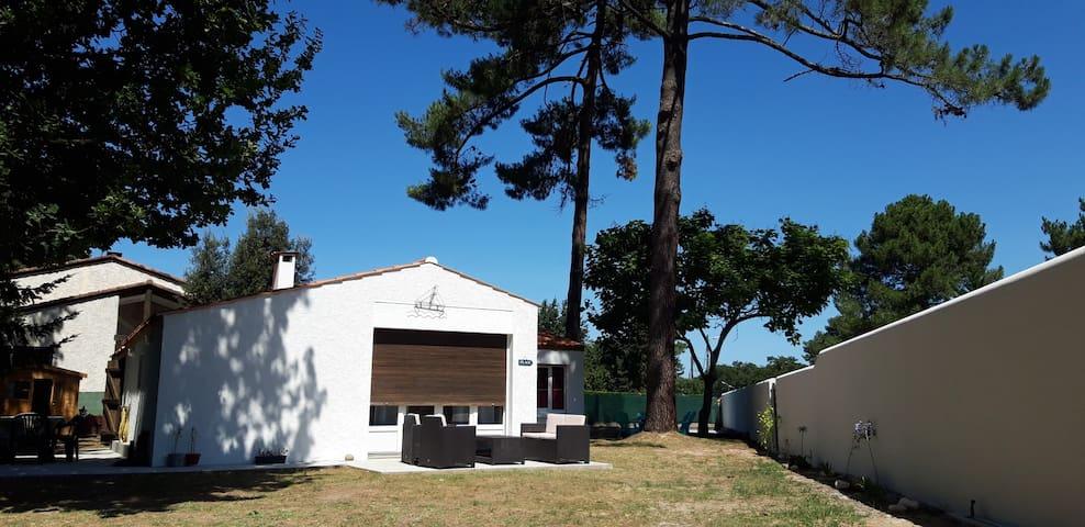 Maison de vacances avec boulodrome privé.