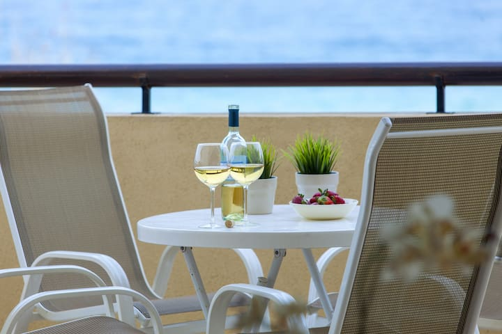 Alia Sirina Sea Front Suite, WiFi