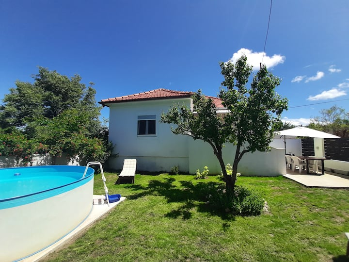 Holiday house with private pool and yard