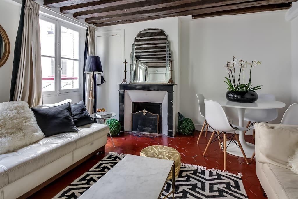 Salon poutres apparentes, cheminée, petite table à manger