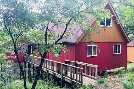 2+ Bed/2 Bath Ketchup and Mustard CHALET w/ a VIEW