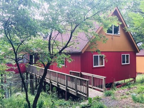 Ketchup and Mustard Cabin w/ a VIEW 2+bed 2 bath