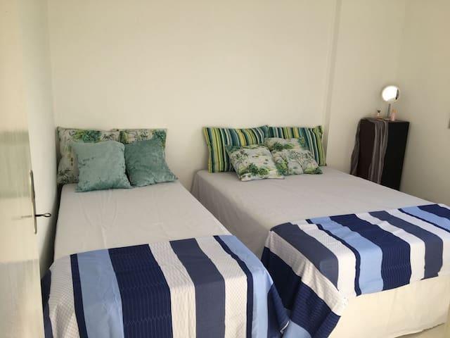 2° Dormitório - 1 cama de casal e outra de solteiro