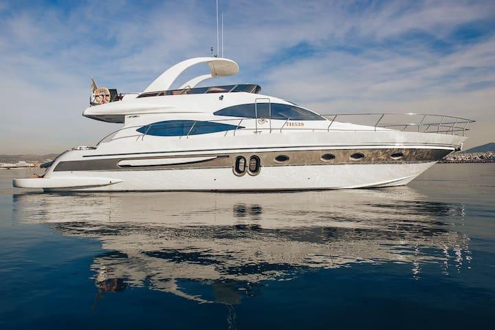 Luxury yacht, Pireas