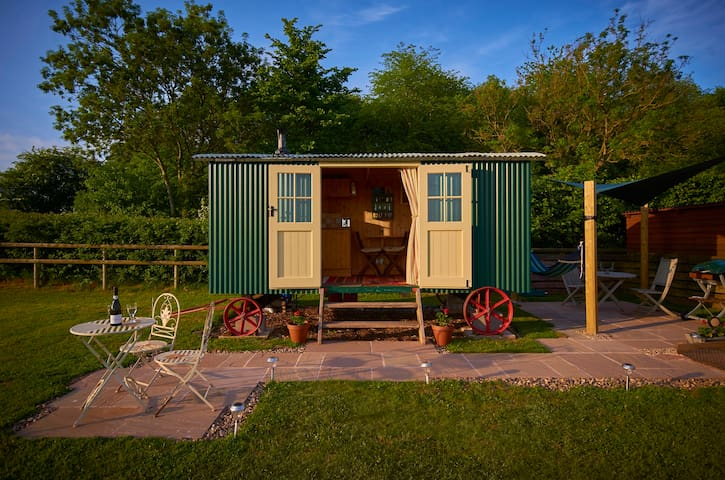 LUXURY GLAMPING SHEPHERD'S HUT + BREAKFAST