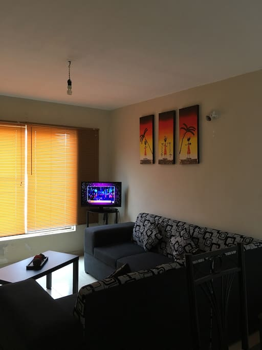 Sala confortable con TV y DVD