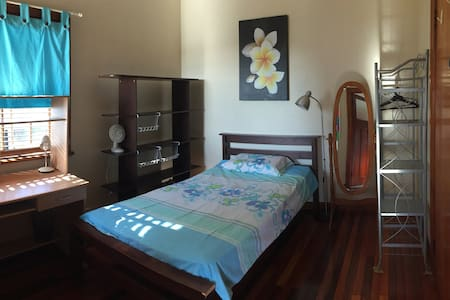 Airy room in Art Deco home - Newmarket - House