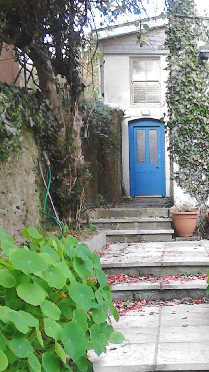 St Luke'Ground floor apartment. Own door entrance.