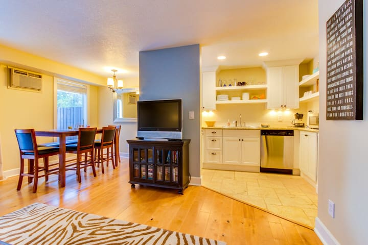 Dog-friendly home w/ free SHARC passes included + new deck w/ a great gas grill!