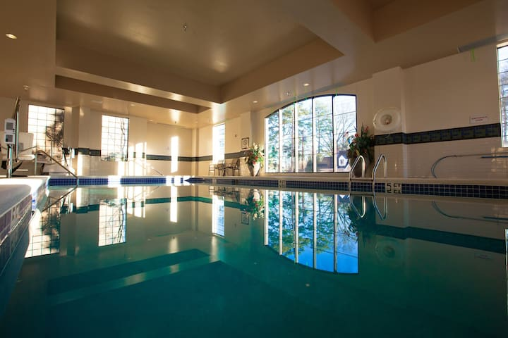 Awesome Location! Studio with FREE SHUTTLE, Free Breakfast + Pool Access