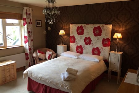Large Double Room w/en-suite + view - Tralee