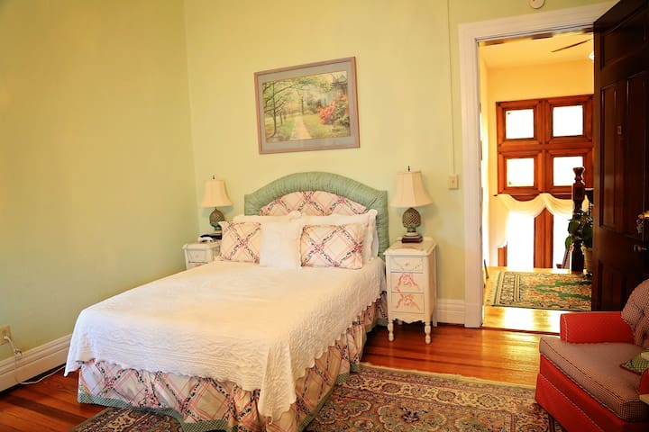 Belle Room - The Bennett House Bed & Breakfast