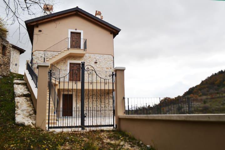 Casa con vista nel borgo di Santa Jona, Ovindoli.