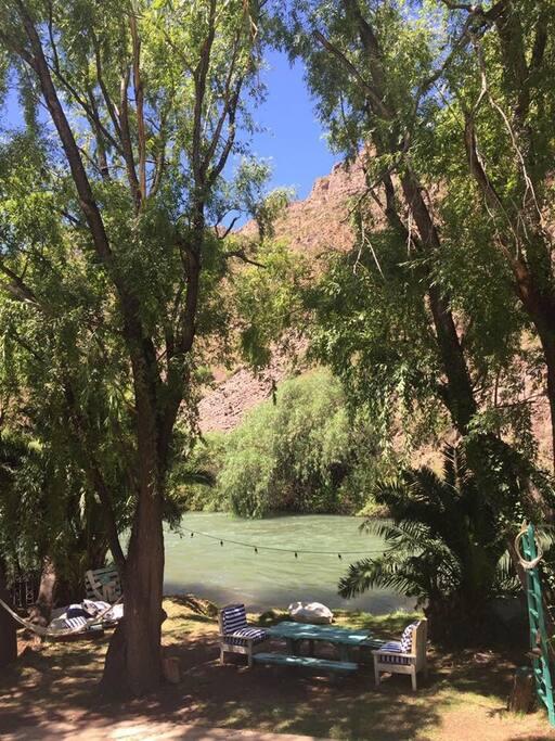 Una vista increíble la montaña y el río Atuel a tus pies