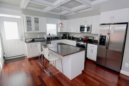 Exquisite! Roof Deck! PRIVATE Parking! Sleeps 9