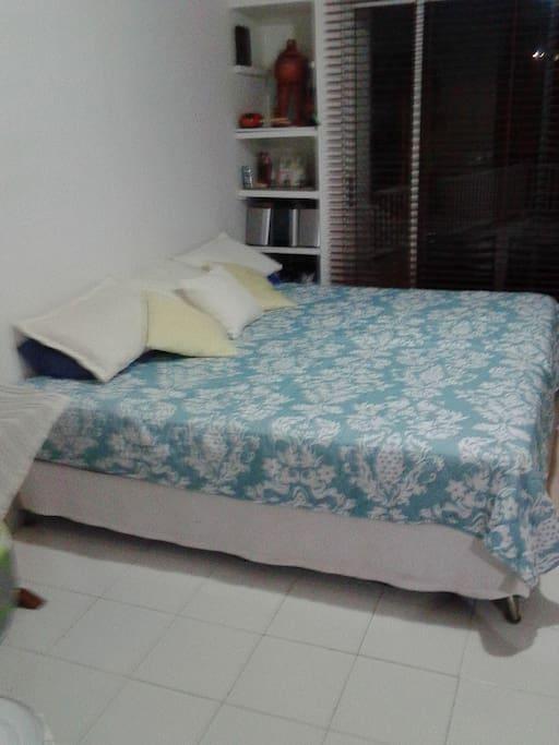 camas comodas limpias, las dos habitaciones con vista al mar, muy frescas y ventiladas corre una brisa espectacular.
