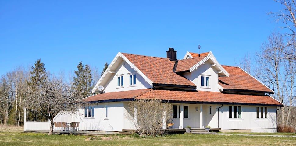 Stort gårdshus ved Øyeren