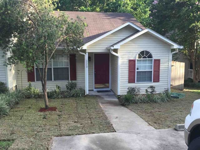QUIET 3BD/2 B TOWNHOUSE CLOSE TO EVERYTHING.