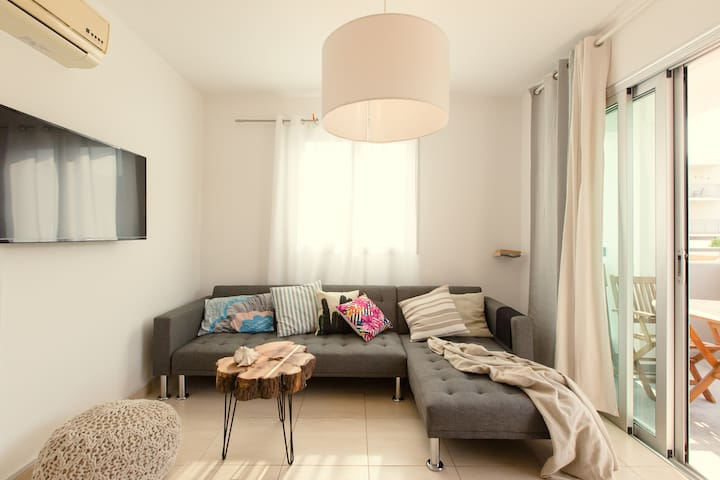 Vanilla Home: Modern & bright apartment with pool