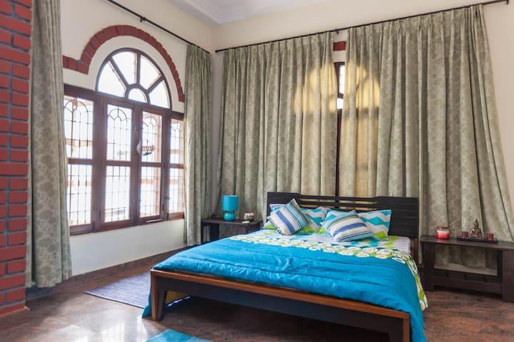 Master Bedroom with Balcony  in a Boutique Villa - Bengaluru - Villa