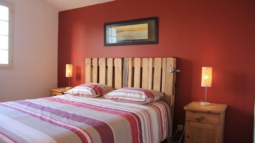 Chambre équipée d'un lit Queen Size (160 x 200) avec matelas confort.