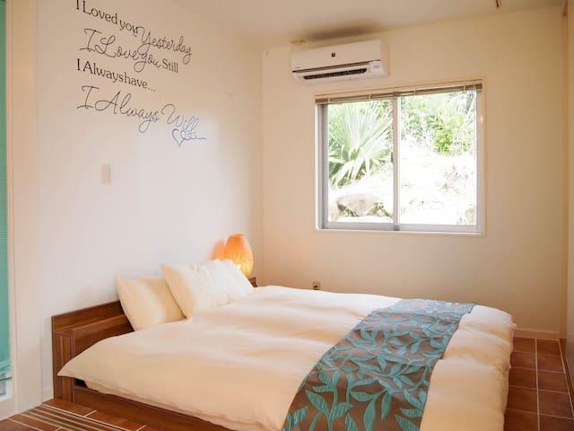 ベッドルーム③(キングサイズベッド1台/扉付)/Bedroom #3 with 1 King Bed.