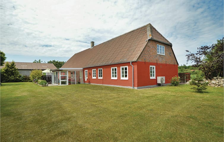Former farm house with 2 bedrooms on 137m² in Højer
