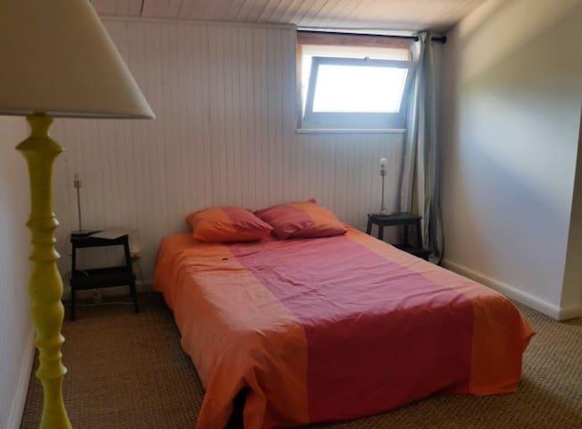 Spacieuse chambre dans villa familiale