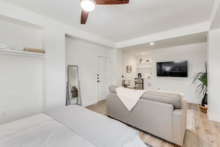 Perfect Studio for 2 -- steps to the beach!