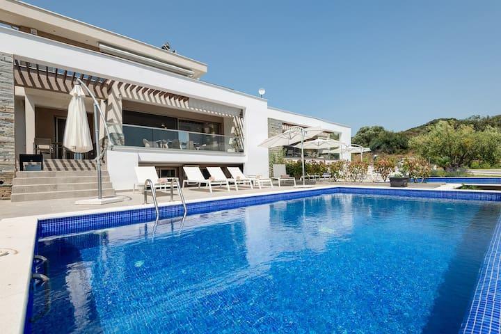 Afisia Magnum Pool Villa III, Sarti