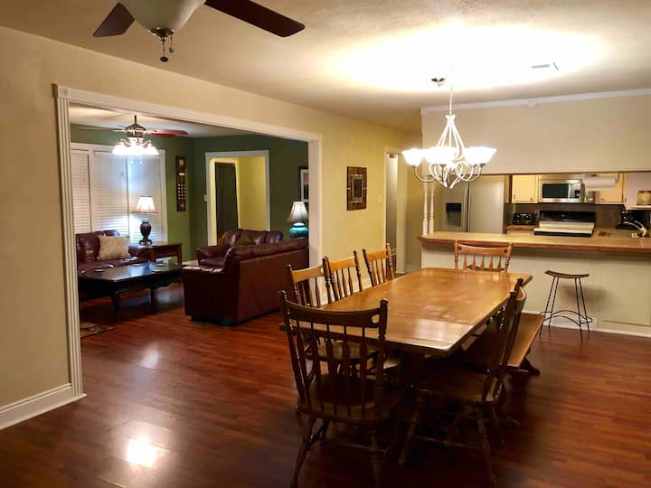 Lg 4BR🛏Huge Yard⚽️Oaklawn🐎Attractions🎟Trails🚵♂️Parks🌿