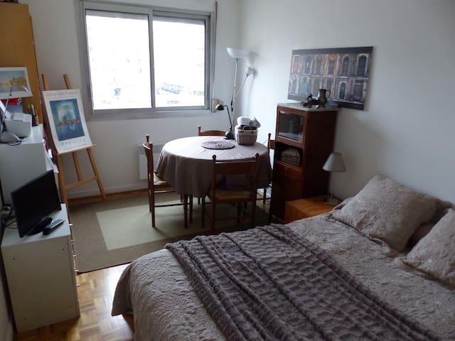 Chambre chaleureuse dans un appartement central