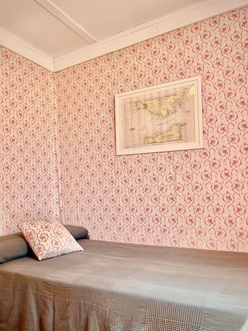 Pequeña habitación de servicio, con una cama de 90cm y armarios empotrados