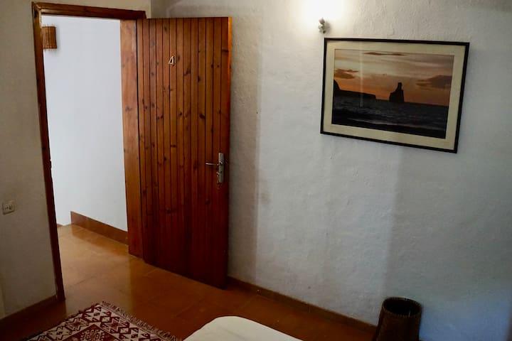 Bauhaus Villa Nova Room 4 & 4 min walk to beach