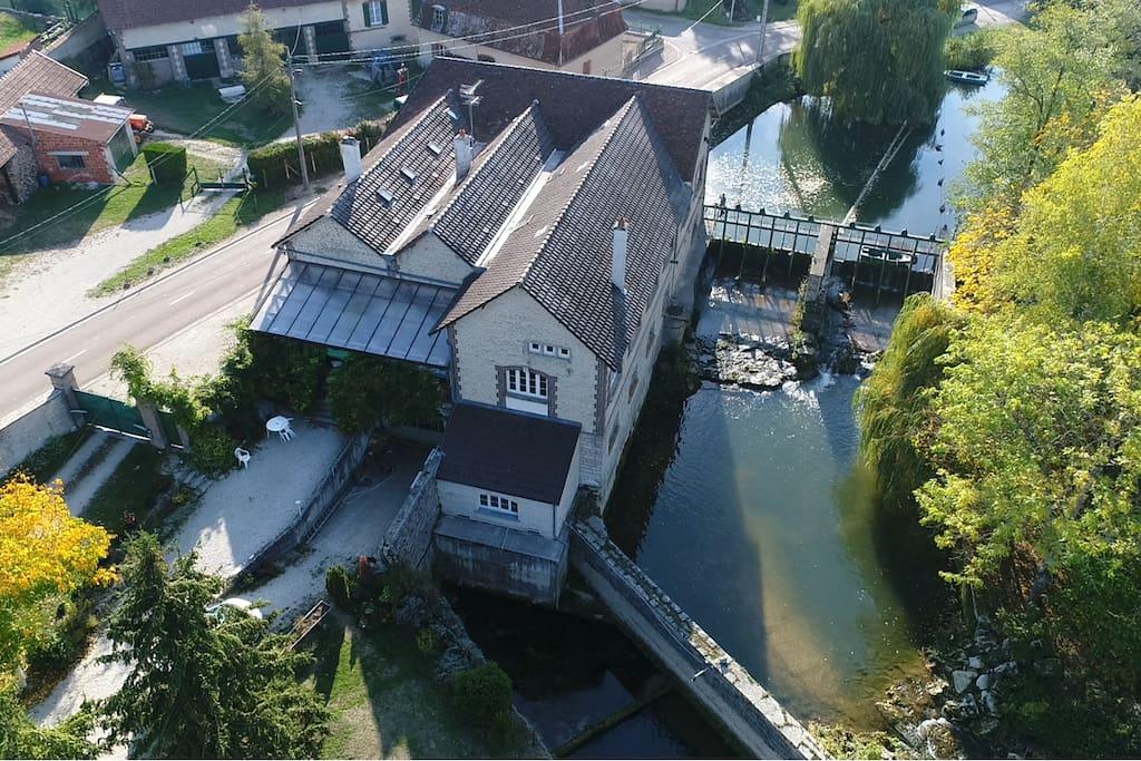 Le Moulin de Chappes avec son vannage, son jardin fleuri et sa grande terrasse couverte de 43 m².
